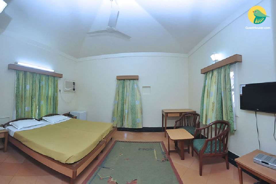 Well-appointed cottage room for three